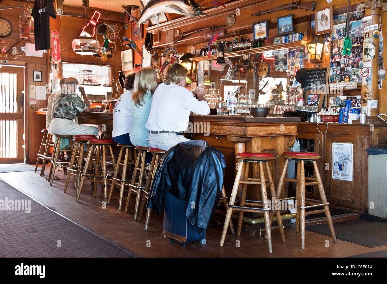 Personas Sentadas En Tallados De Madera Vintage Bar