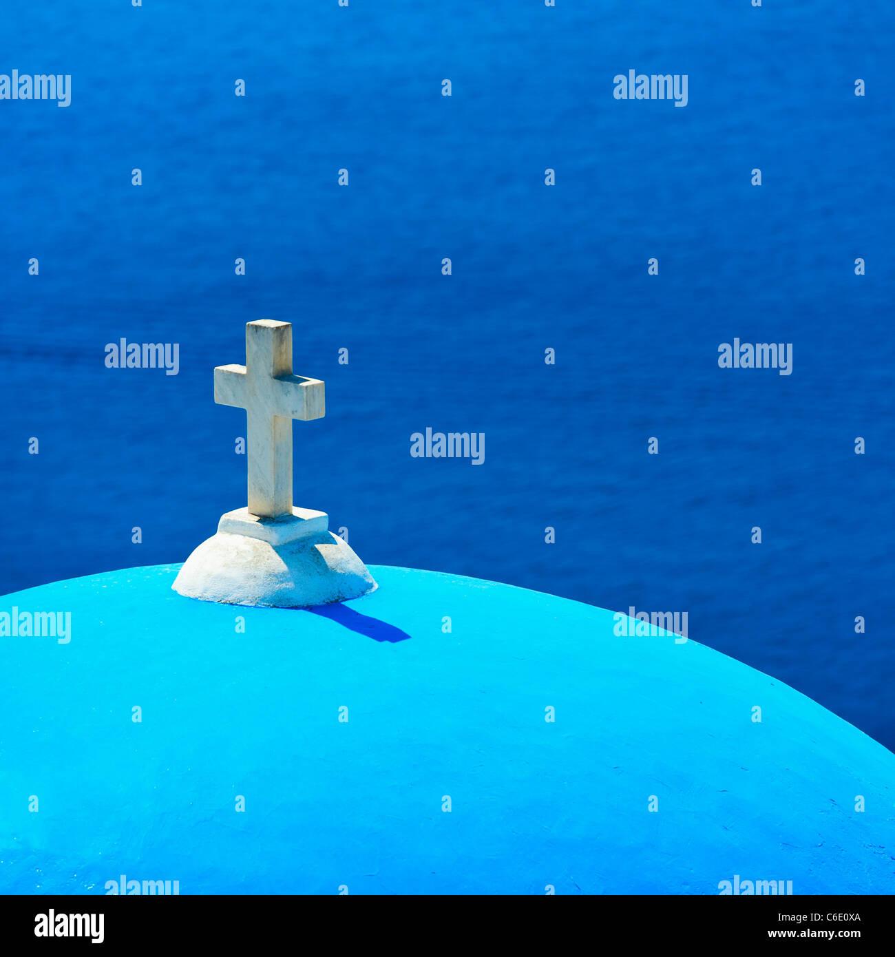 En Grecia, en las islas Cícladas, Santorini Oia, la cúpula de la Iglesia con la cruz por mar Imagen De Stock