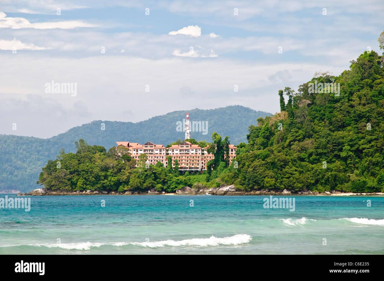 El Berjaya Tioman Island Resort en la parte de atrás, la isla de Pulau Tioman, Malasia, Sudeste Asiático, Asia Foto de stock