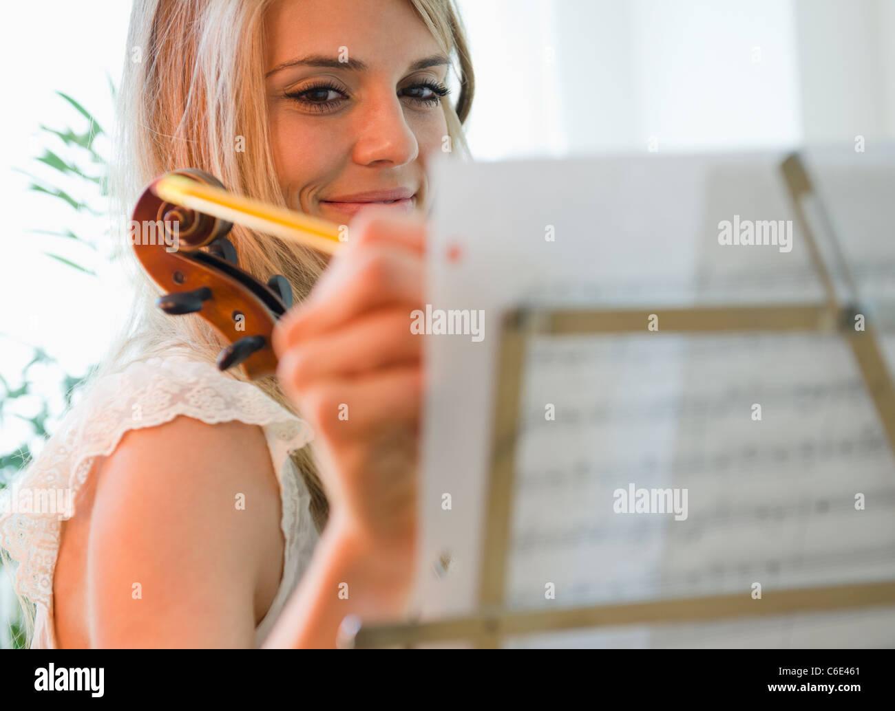 Los Estados Unidos, Nueva Jersey, Jersey City, Mujer componiendo música Imagen De Stock