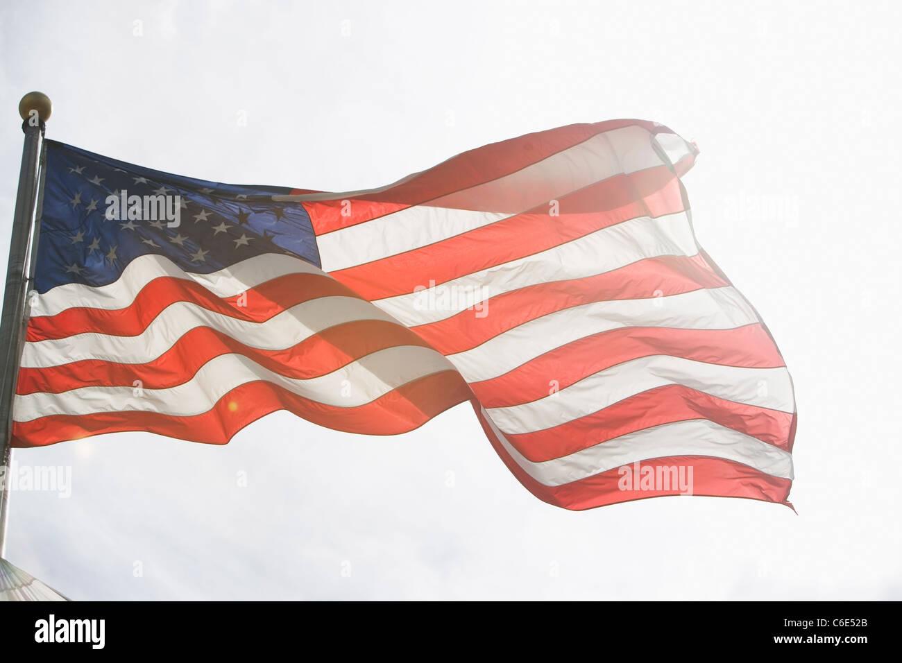 Ee.Uu., Estado de Nueva York, Ciudad de Nueva York, la bandera americana contra el cielo Imagen De Stock