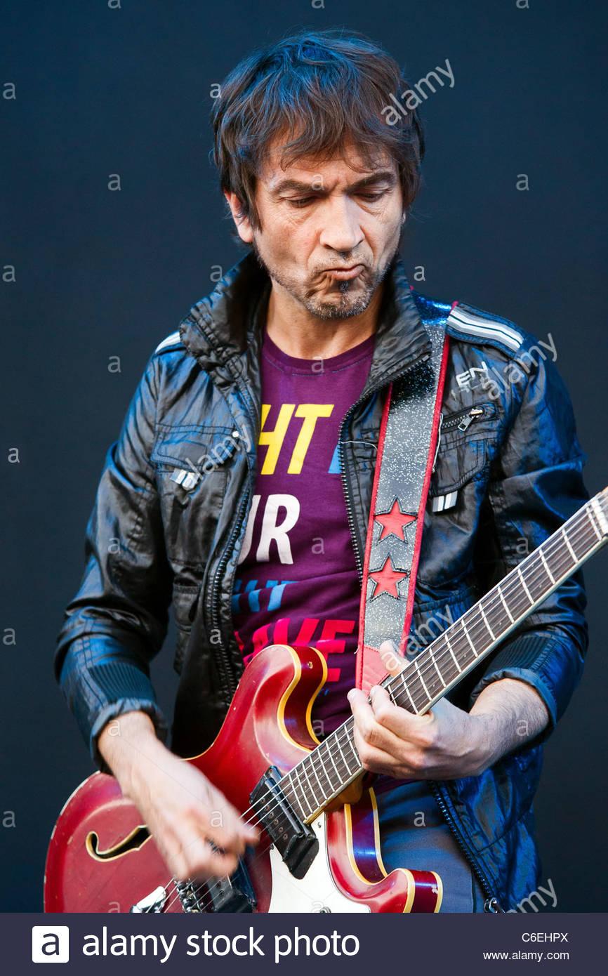 Daniel Jamet tocando la guitarra con Gaetan Roussel (ex Mano Negra) Imagen De Stock
