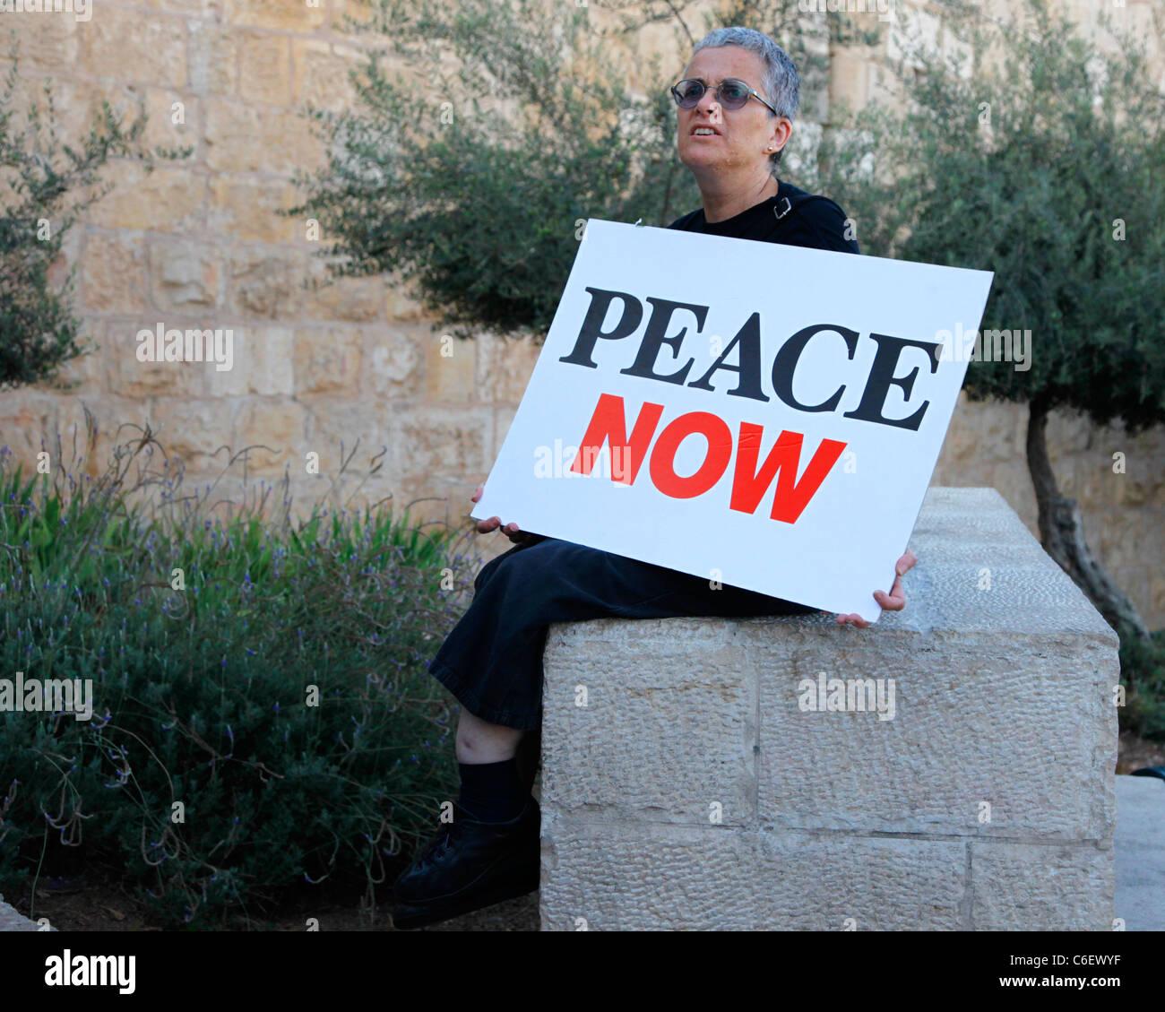 Un judío israelí activista de izquierda sosteniendo una pancarta del movimiento Paz Ahora, con el objetivo Imagen De Stock