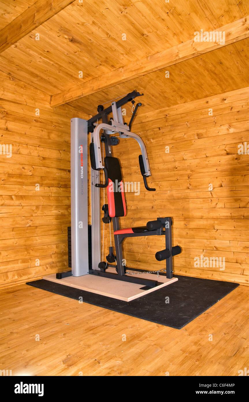 Multi gimnasio ejercicio de levantamiento de peso de la máquina - Weider Pro 2000 en una cabaña de troncos Imagen De Stock