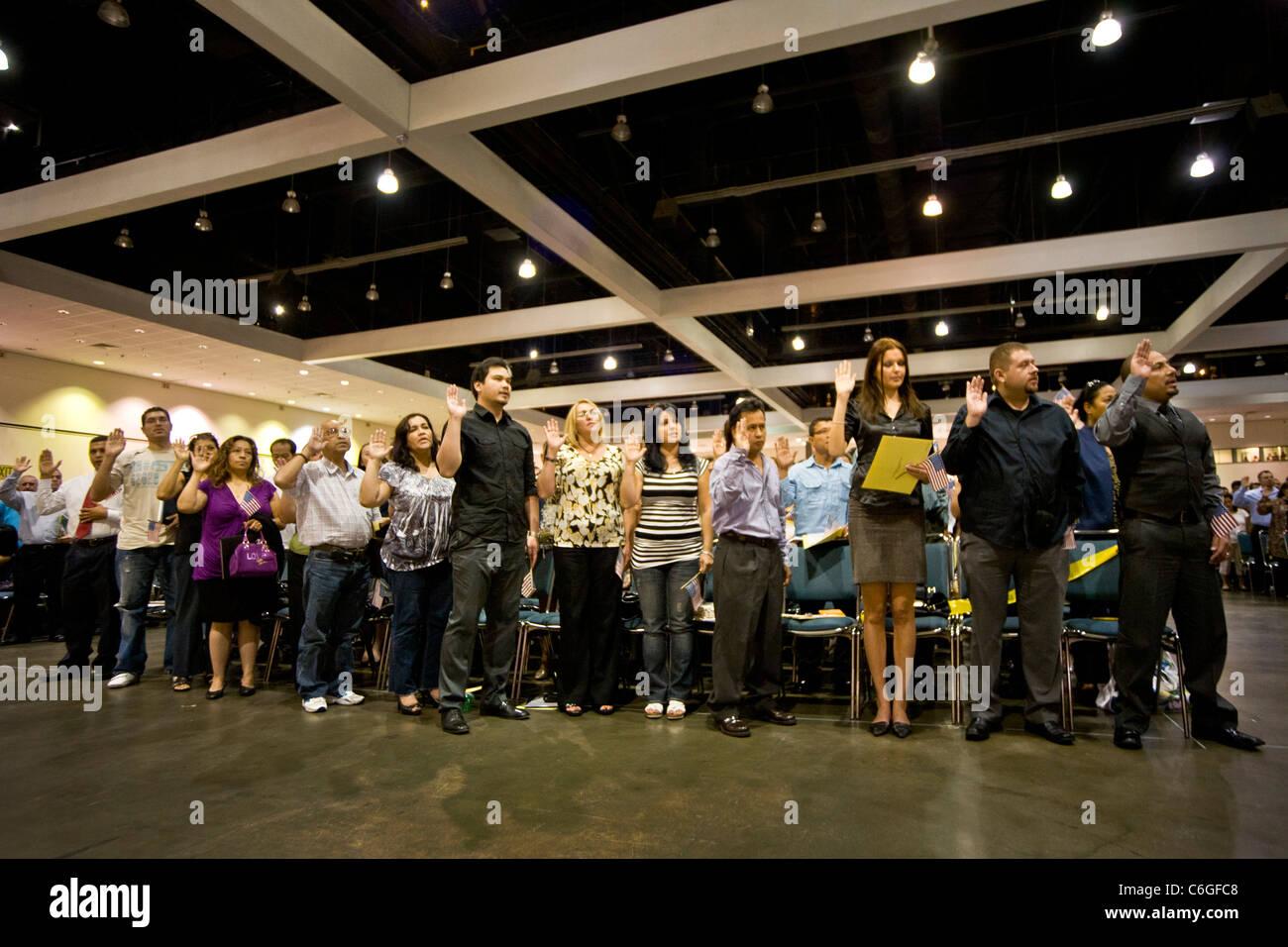 Los inmigrantes de diversas edades y nacionalidades el juramento de la ciudadanía de los Estados Unidos en Los Angeles. Foto de stock