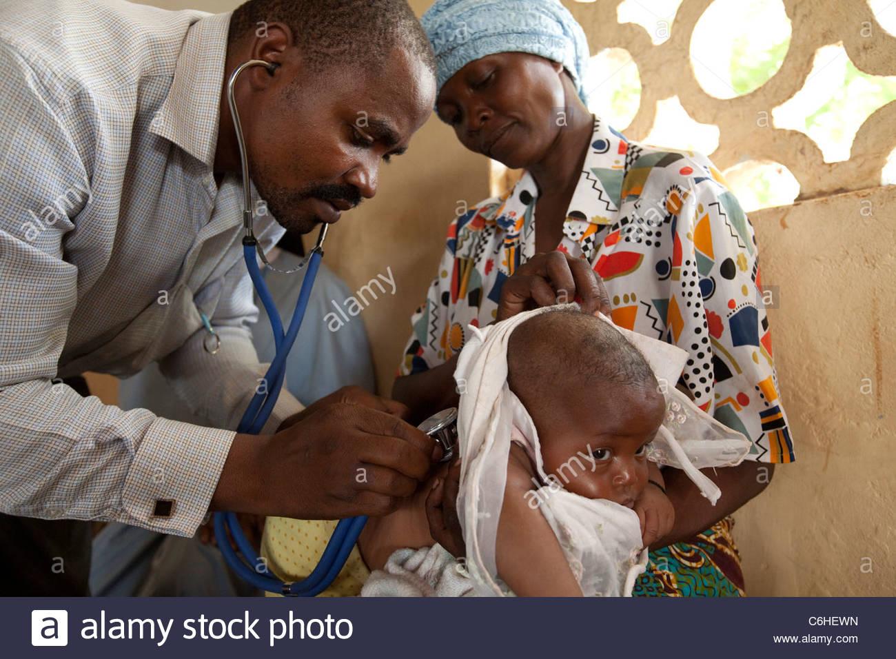 Un médico examina a un niño pequeño en un dispensario médico Imagen De Stock