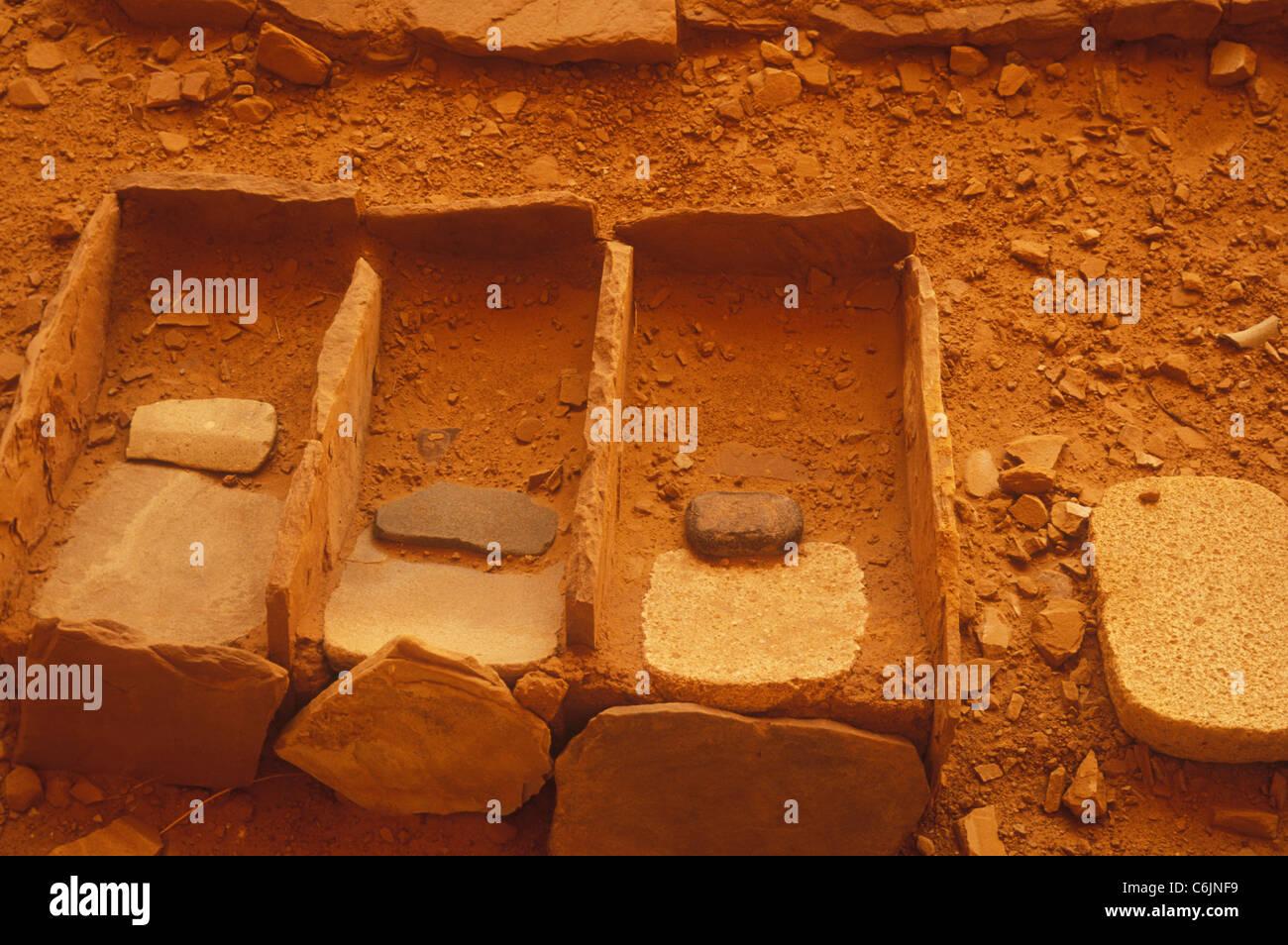 Manos y metates Betatakin, ruinas, el Monumento Nacional Navajo, Arizona Imagen De Stock