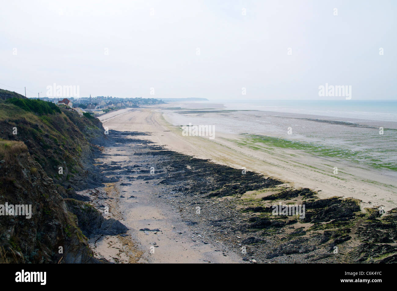 Costa rocosa durante la marea baja entre Granville y Saint-Pair-sur-Mer en Normandía. Foto de stock