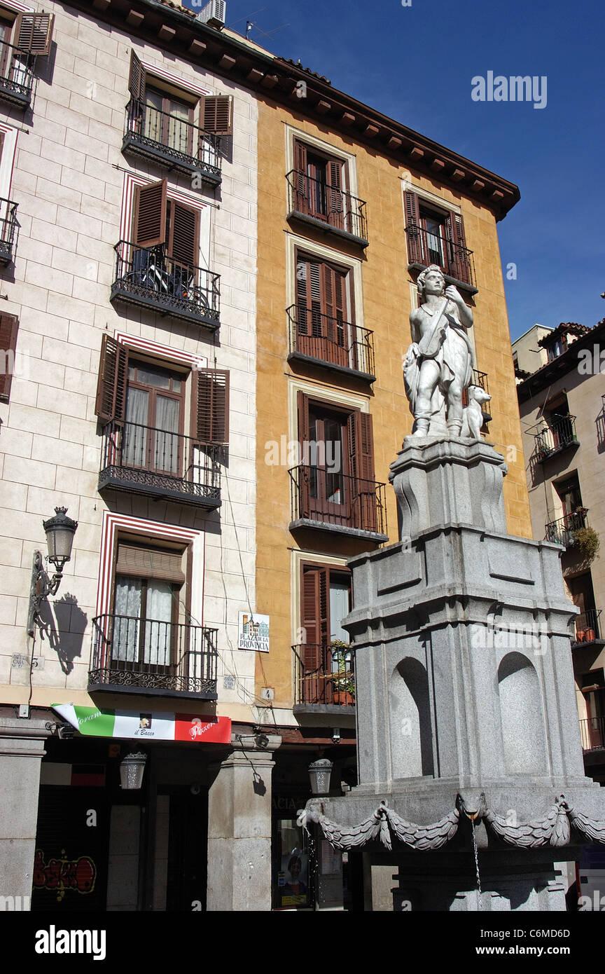 Estatua en la Plaza de la Provincia, justo fuera de la Plaza Mayor, Madrid, España, en el oeste de Europa. Imagen De Stock