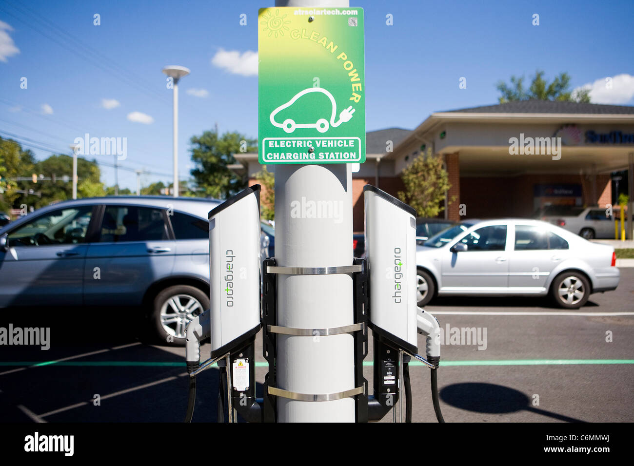 Un cargador de coche eléctrico alimentado con energía solar. Imagen De Stock