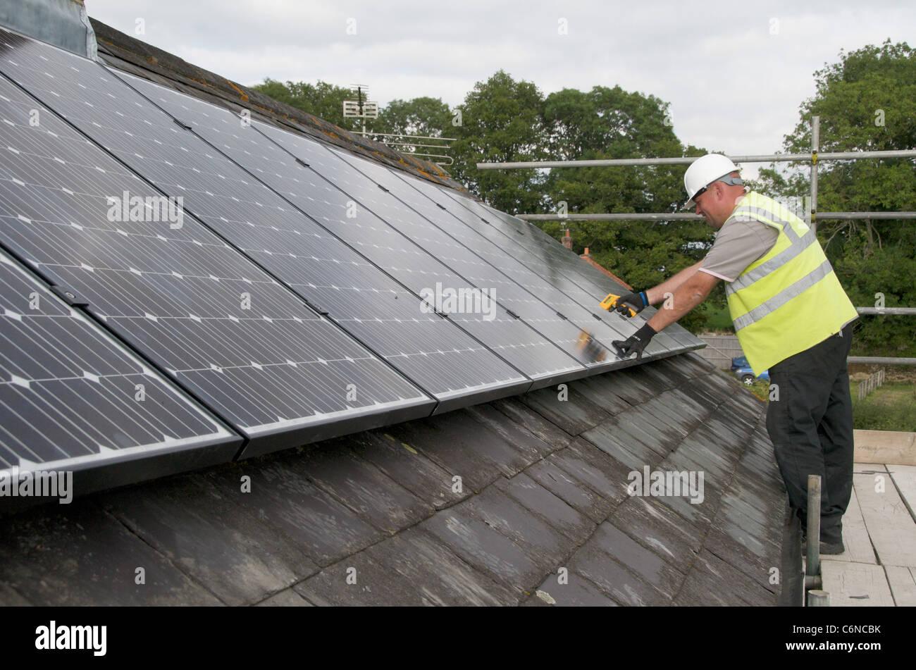 Paneles fotovoltaicos en el techo utilizando la energía solar para crear electricidad Imagen De Stock