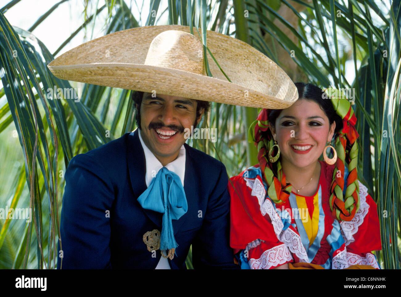 Una pareja de baile folklórico tradicional mexicano en sus trajes coloridos  relajarse en la sombra de 7eab25a9982