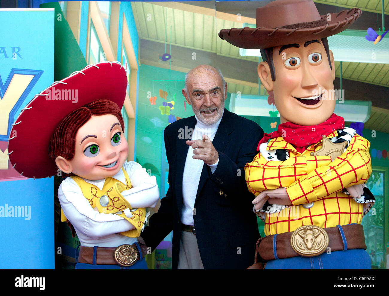 Sir Sean Connery con personajes Woody y Jessie Edinburgh International Film  Festival -  Toy Story e20986c045c