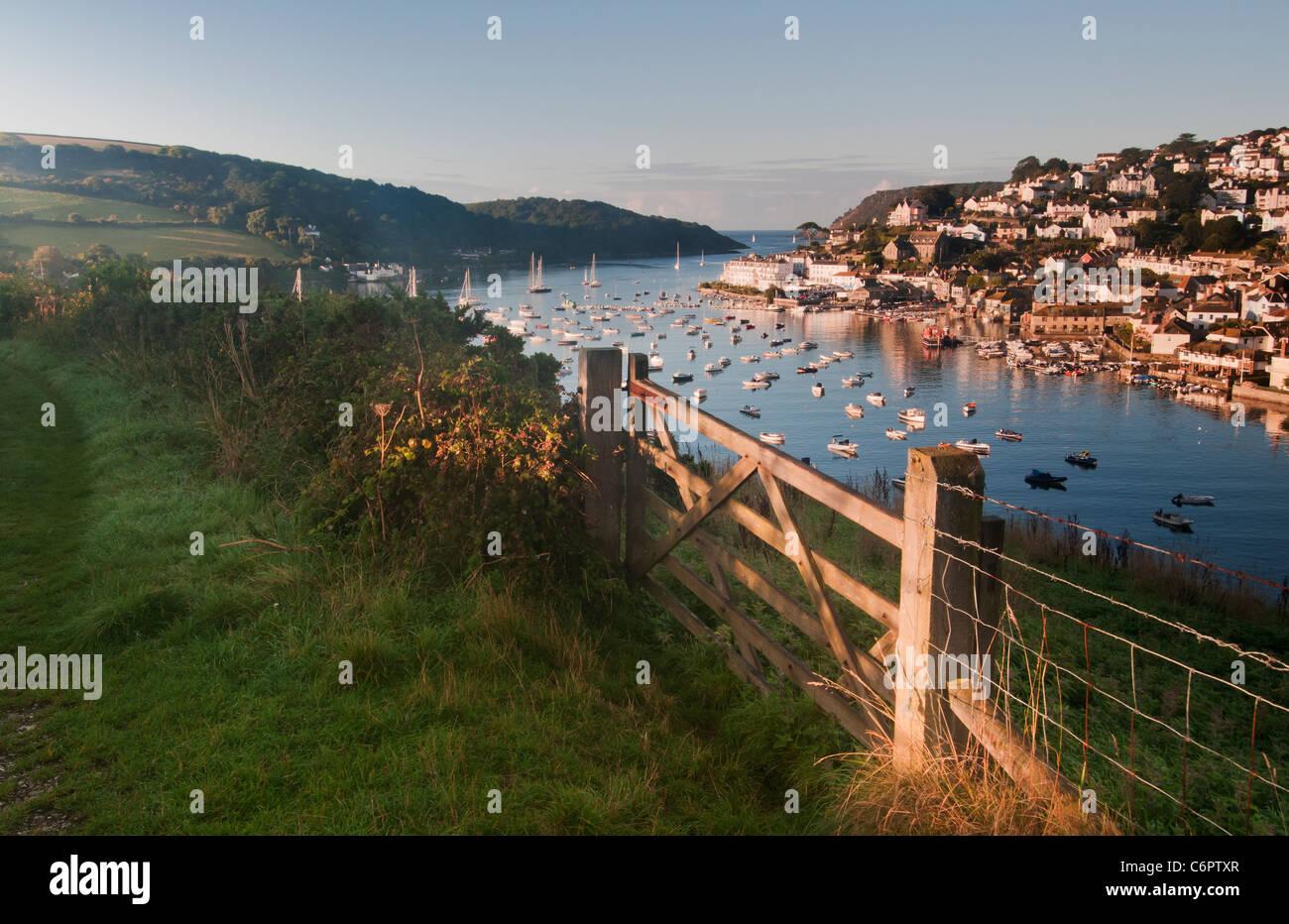 Salcombe Snapes vistos desde el punto de luz por la mañana temprano Imagen De Stock