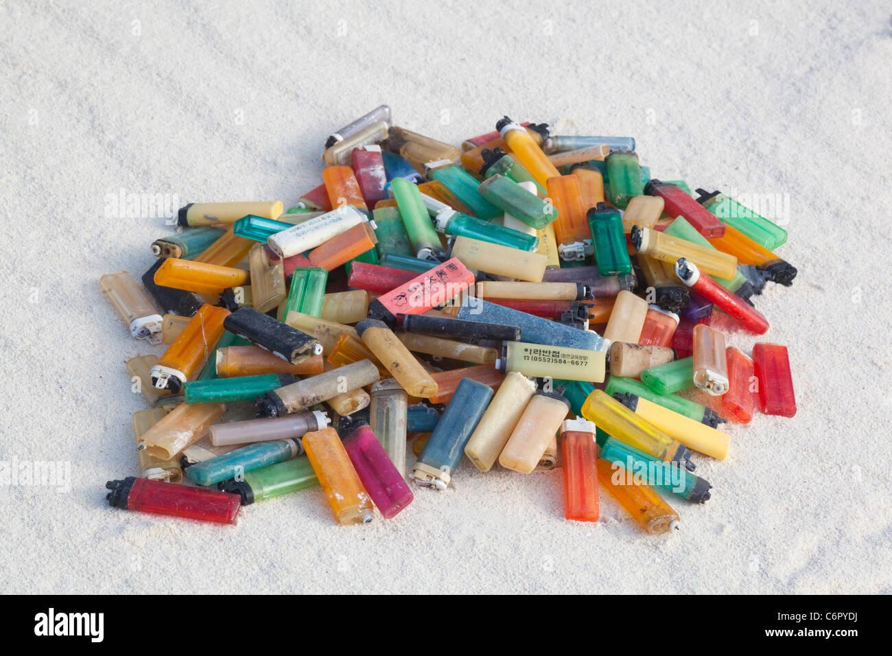 Los encendedores de cigarrillos que arrastrado en una isla del Pacífico playa y fueron recogidos por los turistas para evitar daños a las aves marinas y otras especies de vida silvestre Foto de stock