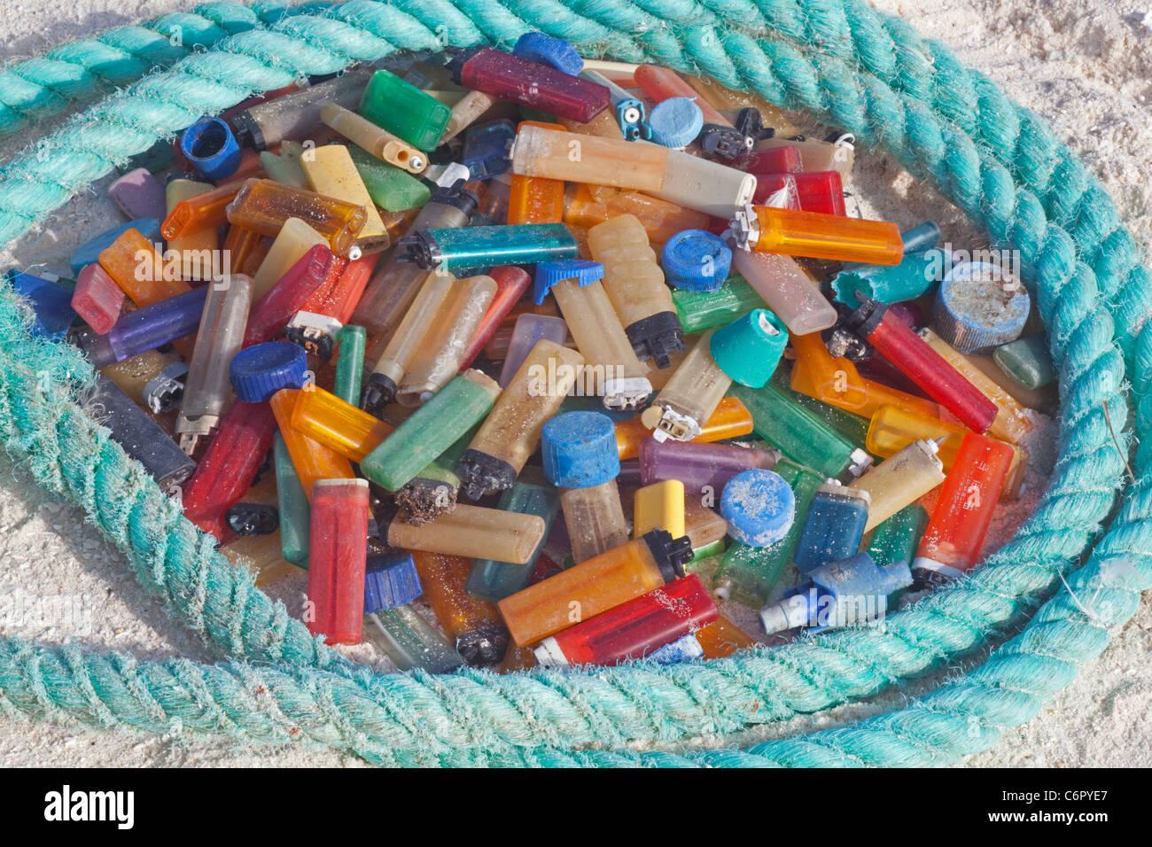 Los encendedores de cigarrillos y cuerda, los detritos marinos arrastrado en una isla del Pacífico y luego recogidos por los turistas para evitar daños a las aves marinas u otros animales salvajes Foto de stock