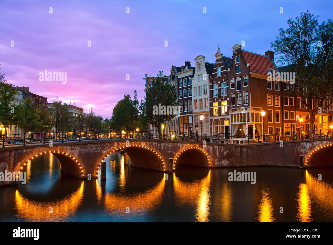 Europa, Países Bajos, Keizersgracht Canal en Amsterdam al atardecer Foto de stock