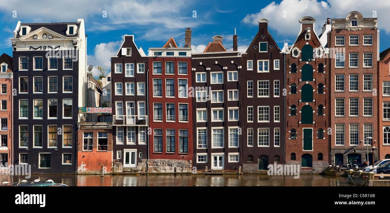 En Europa, los Países Bajos, Amsterdam, hilera de casas a lo largo del Canal. Imagen De Stock
