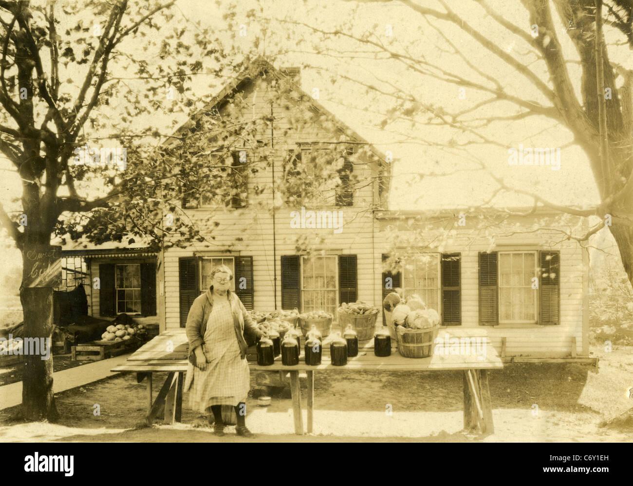 Circa 1930 Stand de granja de Nueva Inglaterra, la venta de sidra, patatas y verduras. Imagen De Stock