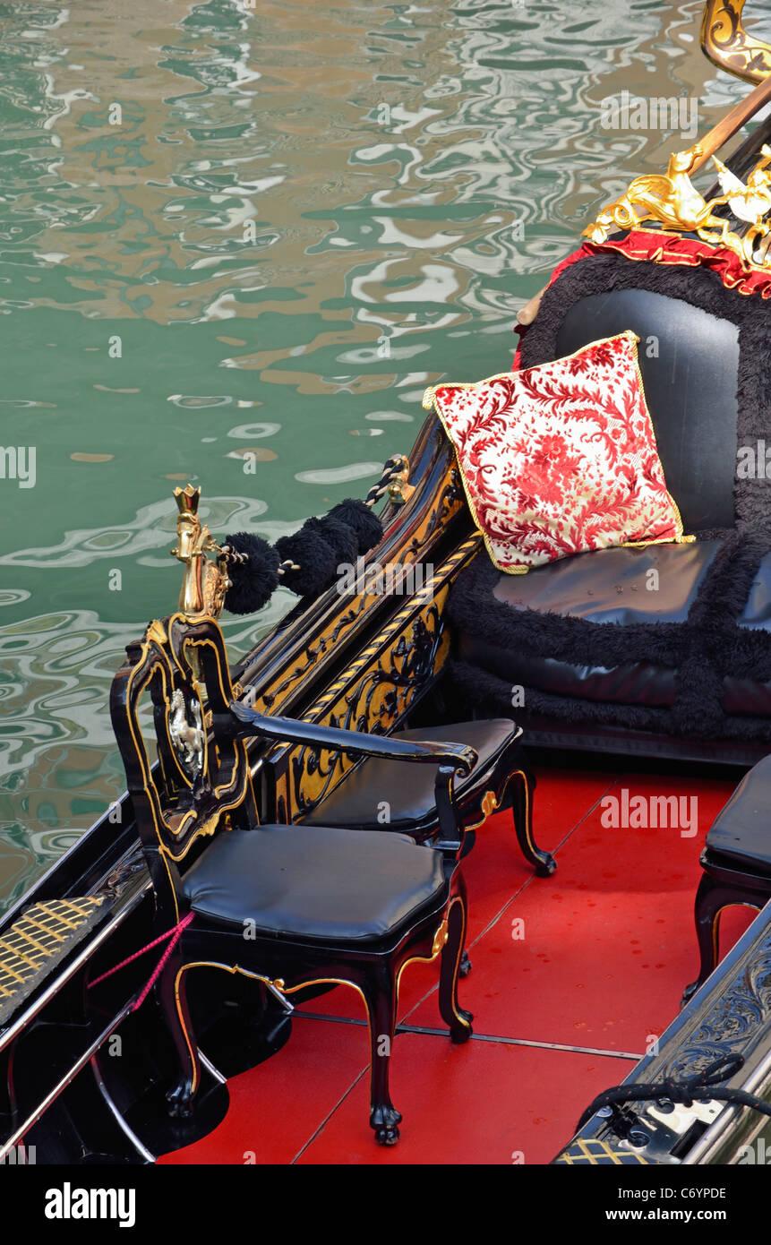 Góndola por el canal de Venecia, Italia Imagen De Stock