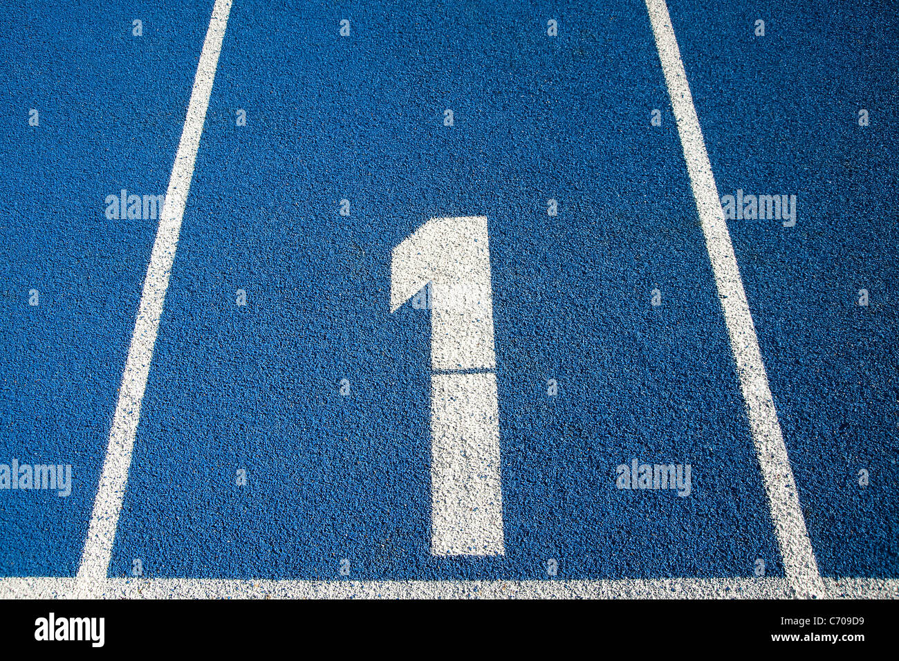Número 1 en una pista de atletismo azul Imagen De Stock