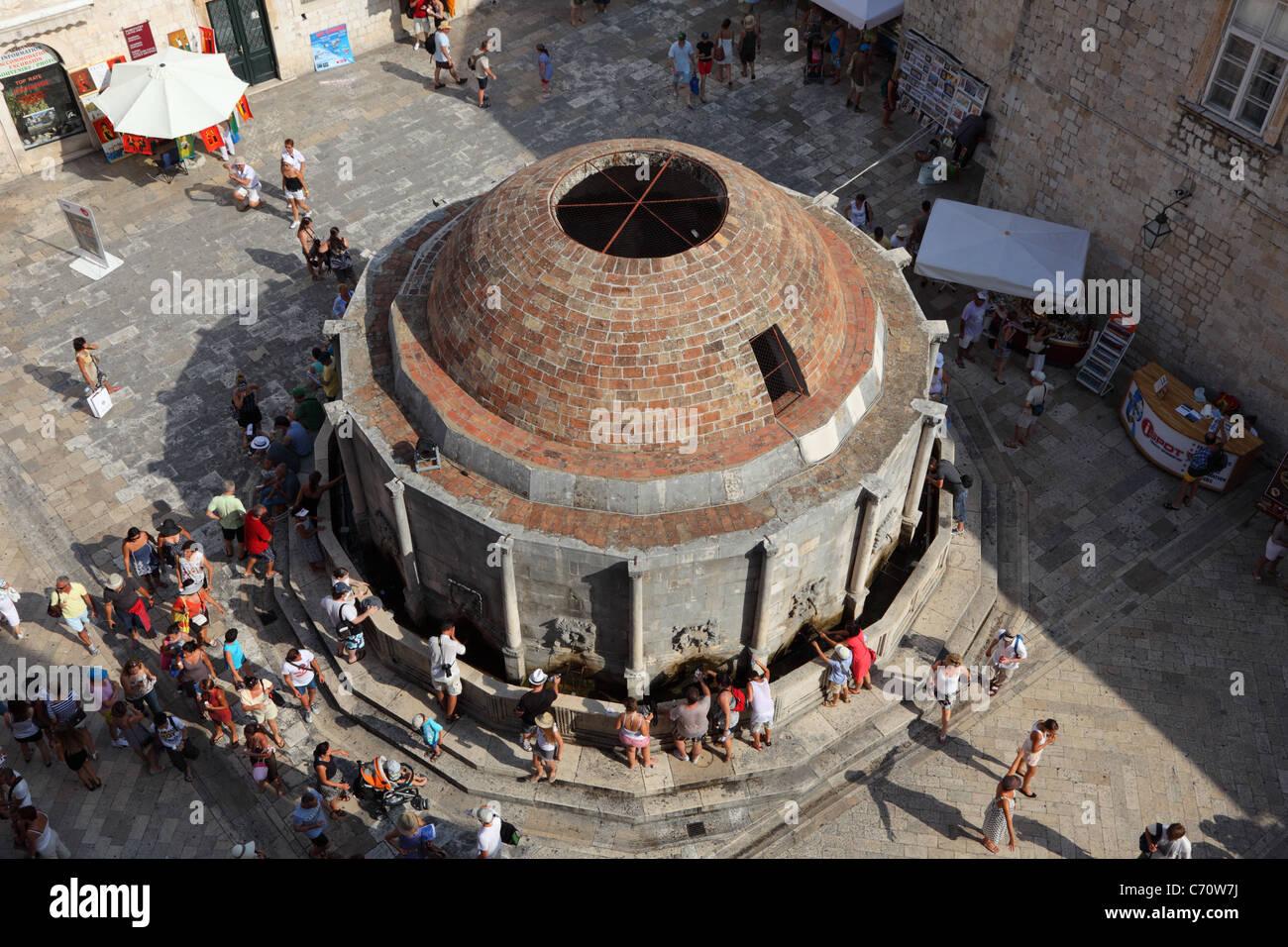 Fuente Onofrijeva visto desde la muralla de la ciudad de Dubrovnik, Croacia Foto de stock