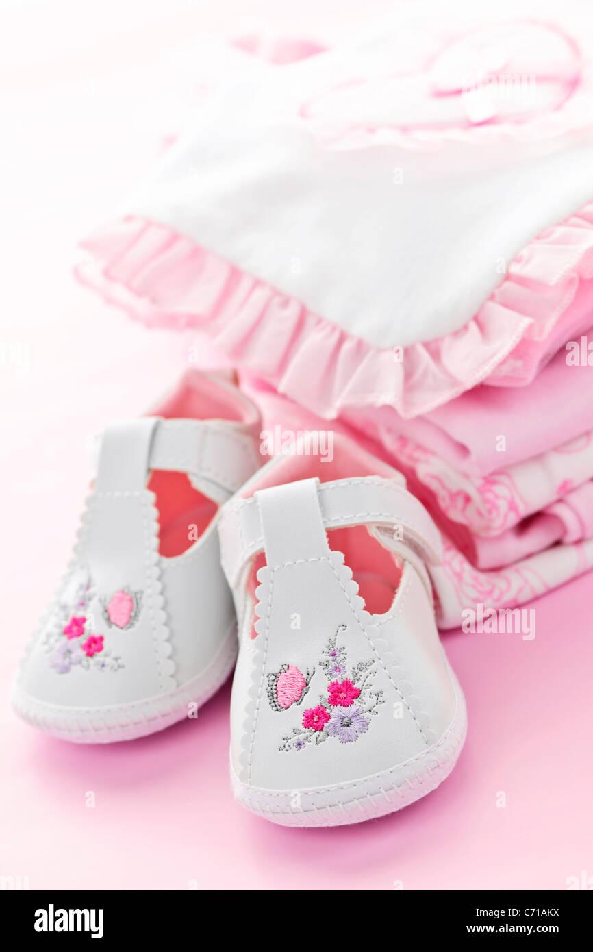 91a73e4d2 Rosa bebé niña ropa y zapatos para baby shower Foto & Imagen De ...