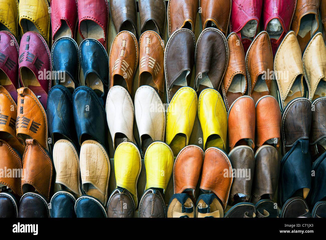Zapatillas marroquíes de cuero suave en el Zoco, Medina, Marrakech, Marruecos, Norte de África Imagen De Stock