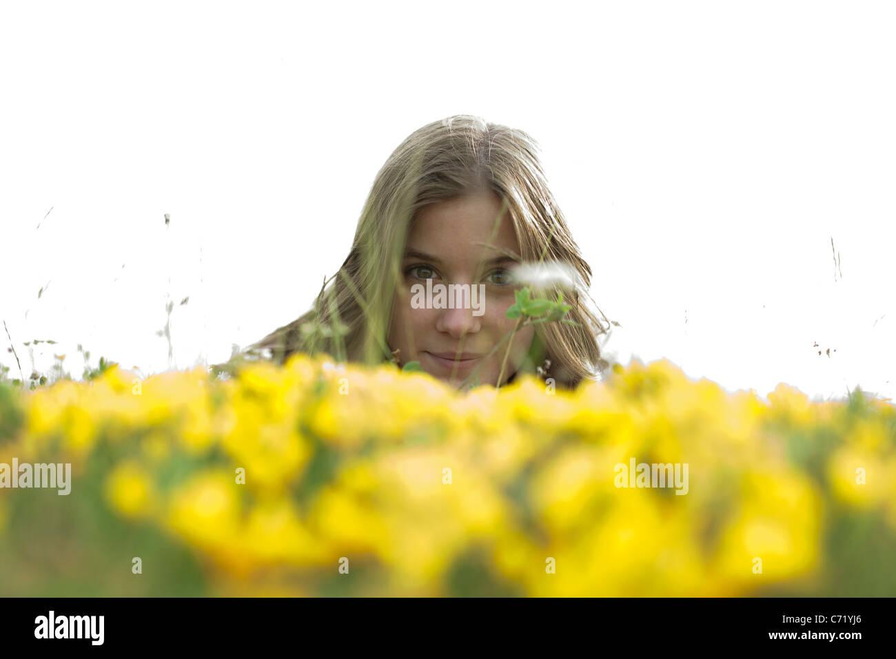 Mujer joven en el campo de flores Imagen De Stock