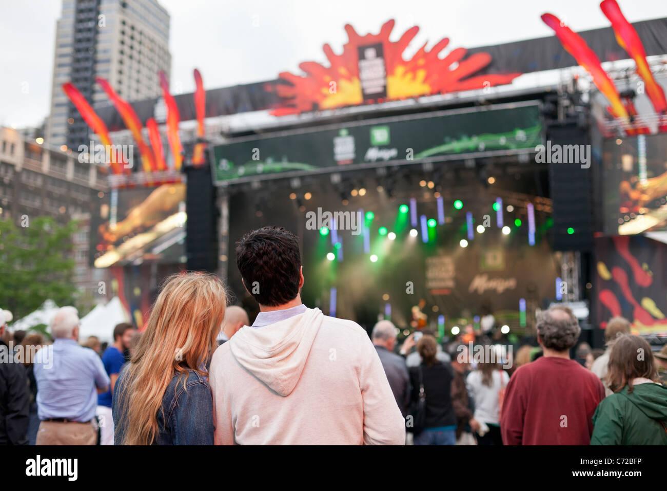 Canadá, Montreal, Quebec, Montreal Jazz Festival, gente en el concierto al aire libre Imagen De Stock