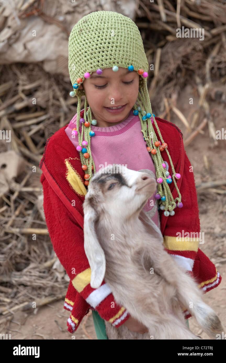 Las niñas indígenas con una cabra Gaziantep, Turquía Imagen De Stock