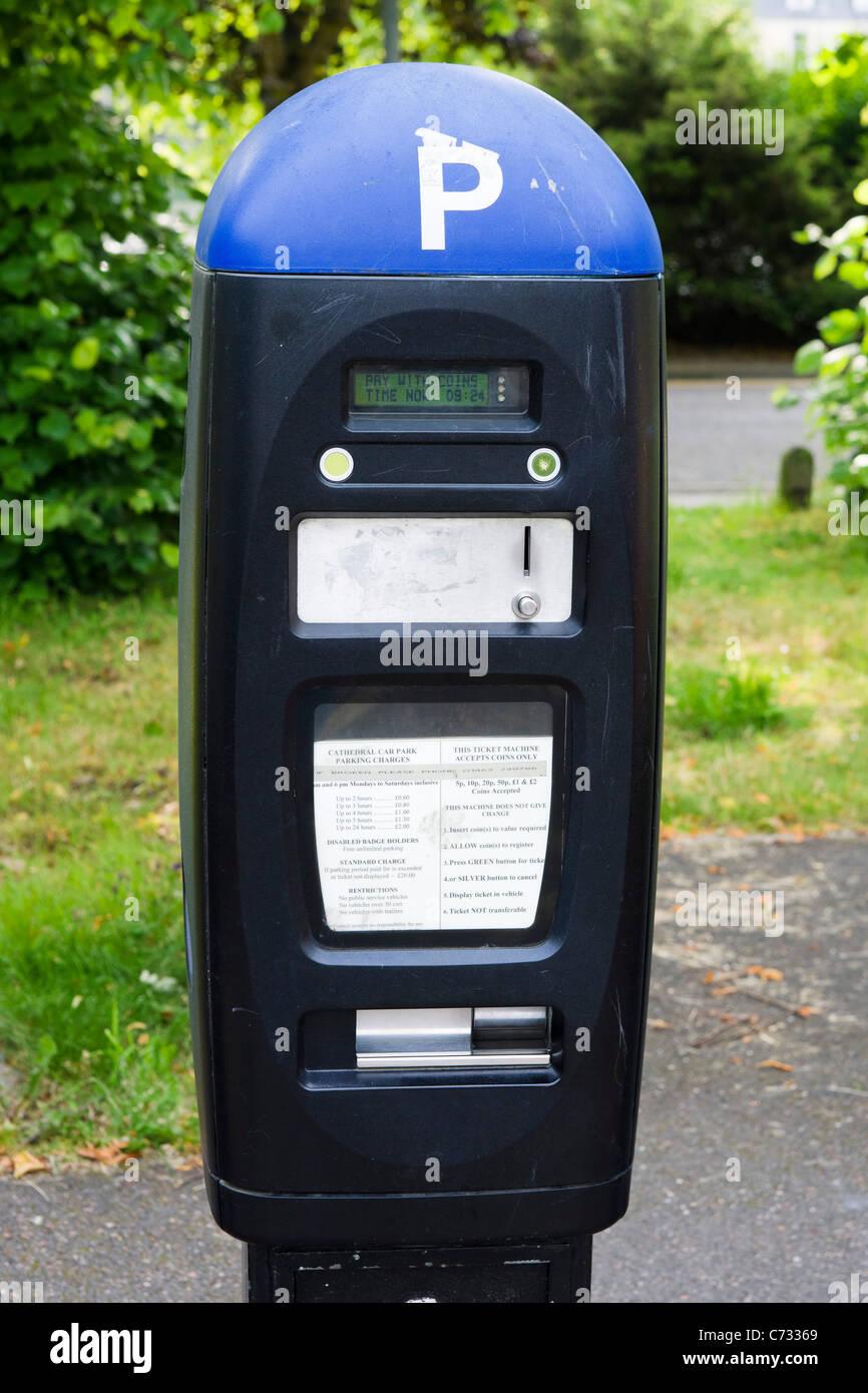 Máquina de billetes en un aparcamiento de pago y pantalla en Inverness, Highland, Scotland, Reino Unido Imagen De Stock