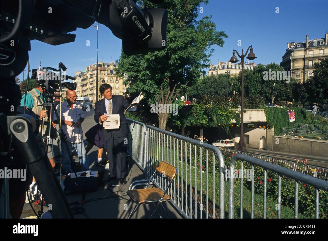 La gente en el lugar conmemorativo de Pont de l'Alma, 8. Arrondissement, París, Francia, Europa Foto de stock