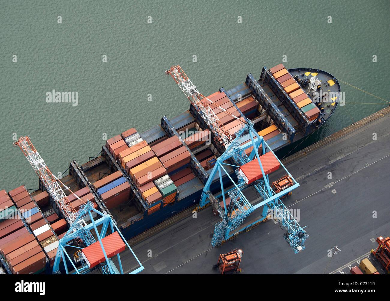 Barco de contenedores de carga en los muelles de liverpool liverpool noroeste de inglaterra - Contenedores de barco ...