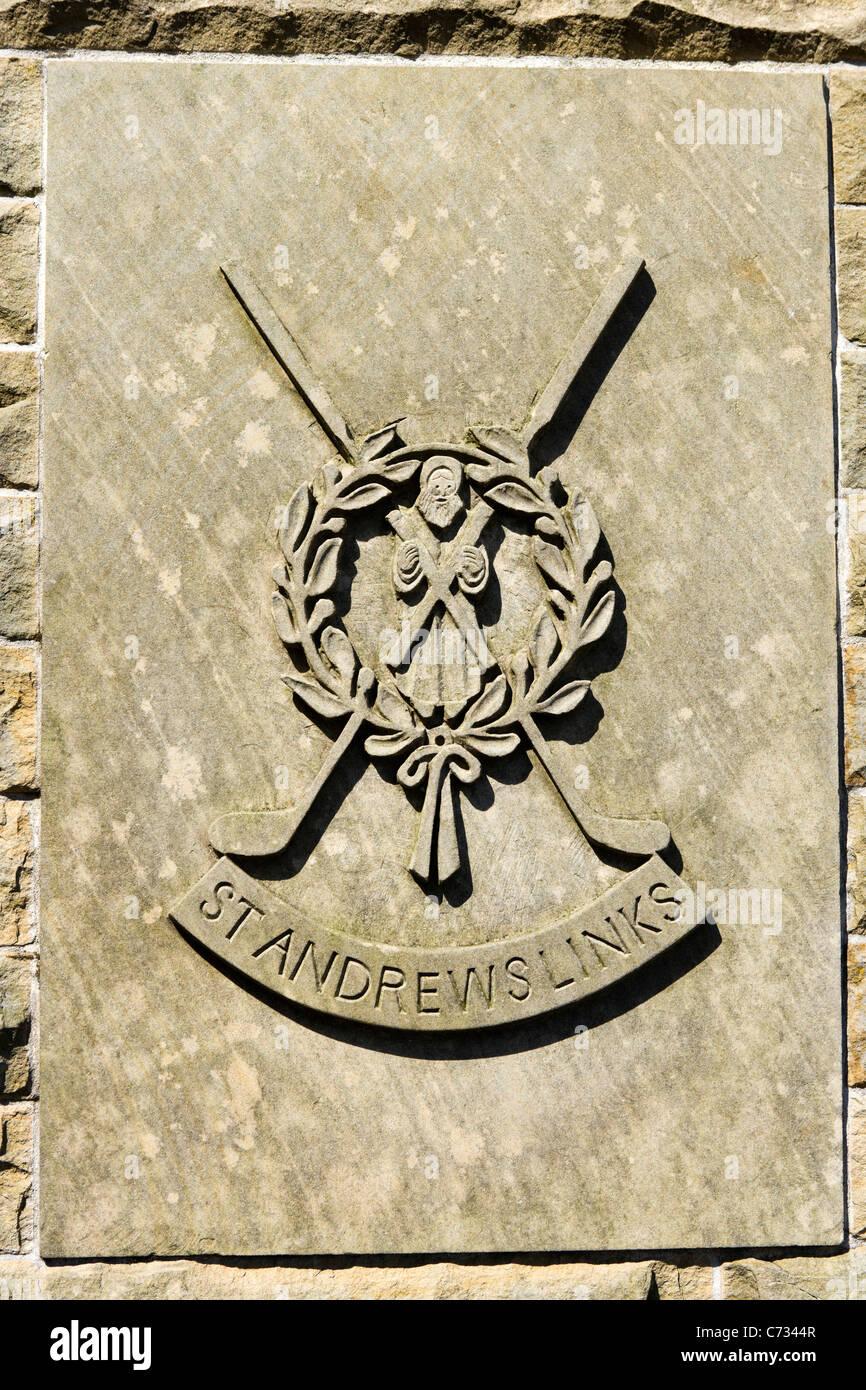 Piedra tallada por el antiguo campo de golf en St Andrews, Fife, Escocia, Reino Unido Foto de stock