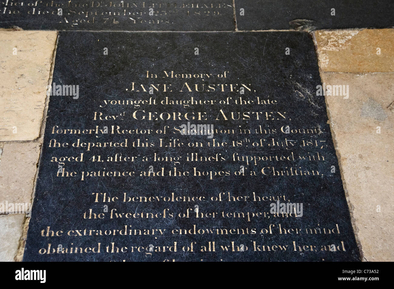La tumba de la escritora Jane Austen en la Nave de la Catedral de Winchester, Winchester, Hampshire, Inglaterra, Imagen De Stock