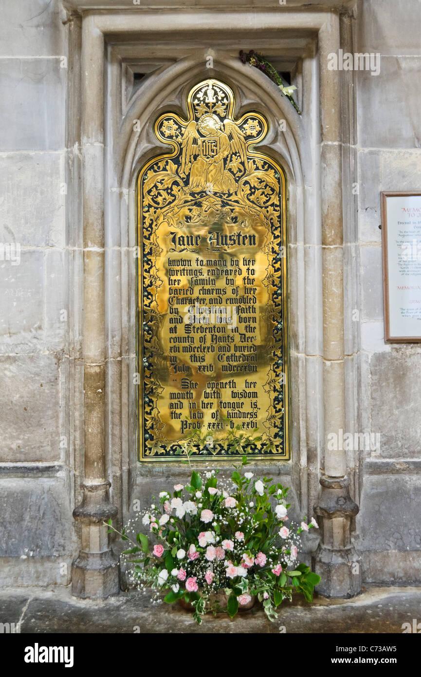 Placa conmemorativa a la escritora Jane Austen, que está enterrado en la Nave de la Catedral de Winchester, Imagen De Stock