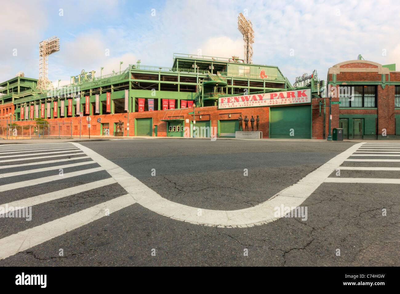 Una vista del histórico Fenway Park en Boston, Massachusetts desde justo fuera de la puerta B. Imagen De Stock