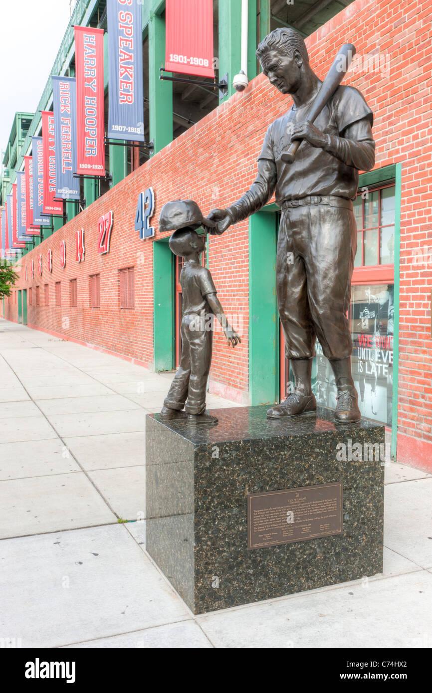Una estatua de béisbol Ted Williams fuera del Fenway Park en Van Ness Street en Boston, Massachusetts. Imagen De Stock