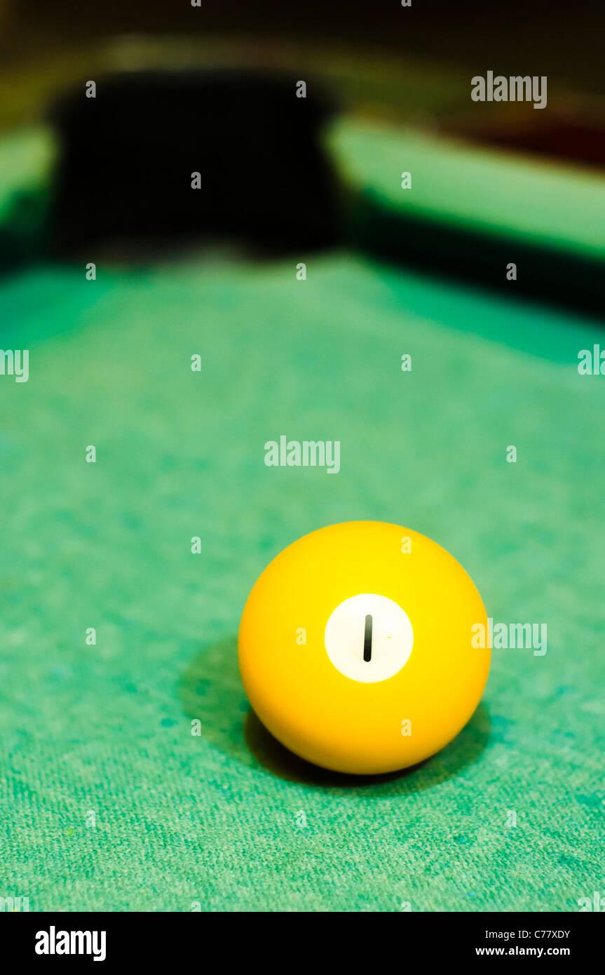 Cerca de una bola de billar número 1, de color amarillo, para uso conceptual. Imagen De Stock
