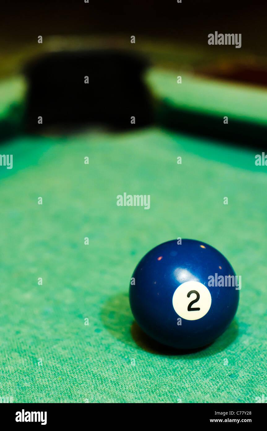 Cerca De Una Bola De Billar Número 2 De Color Azul Para Uso Conceptual Fotografía De Stock Alamy