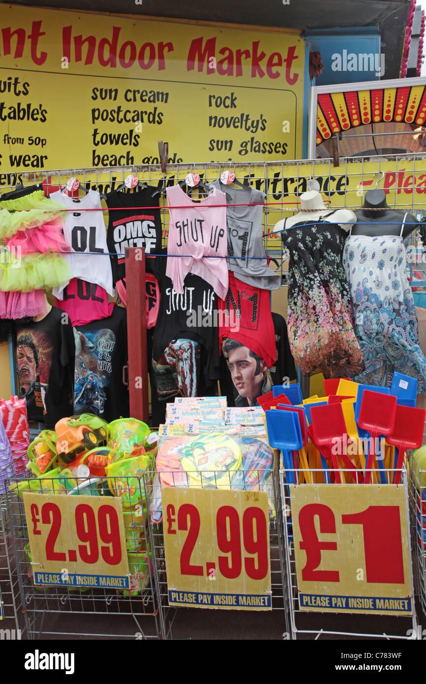 42284cd2068b Tienda de ropa barata a la ciudad, al lado del mar Foto & Imagen De ...