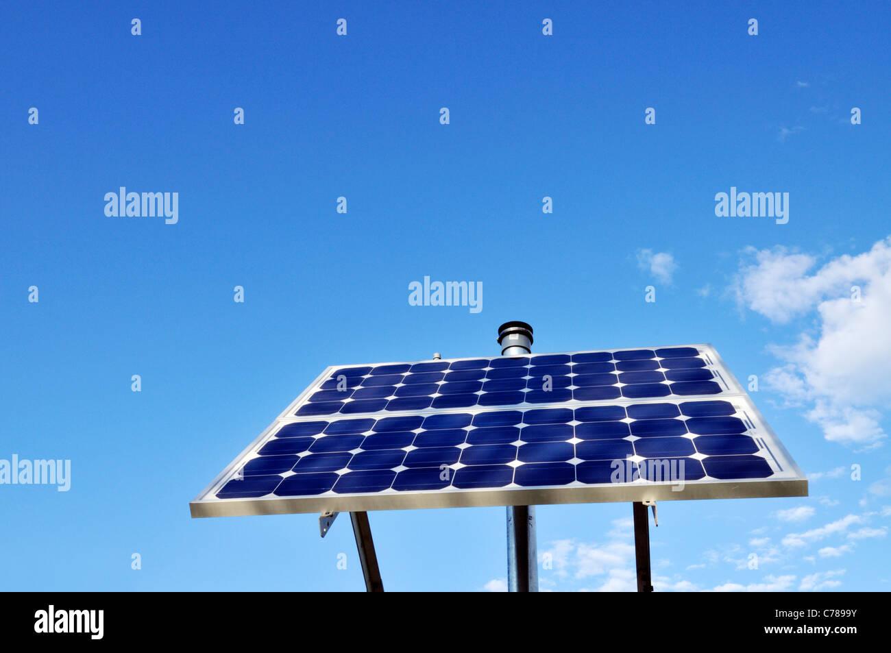 Panel solar recogiendo los Suns energía en día soleado cielo azul, USA. Imagen De Stock