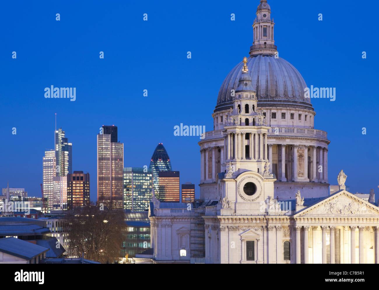 La Catedral de St Paul y la ciudad de Londres por la noche; Londres, Inglaterra Imagen De Stock