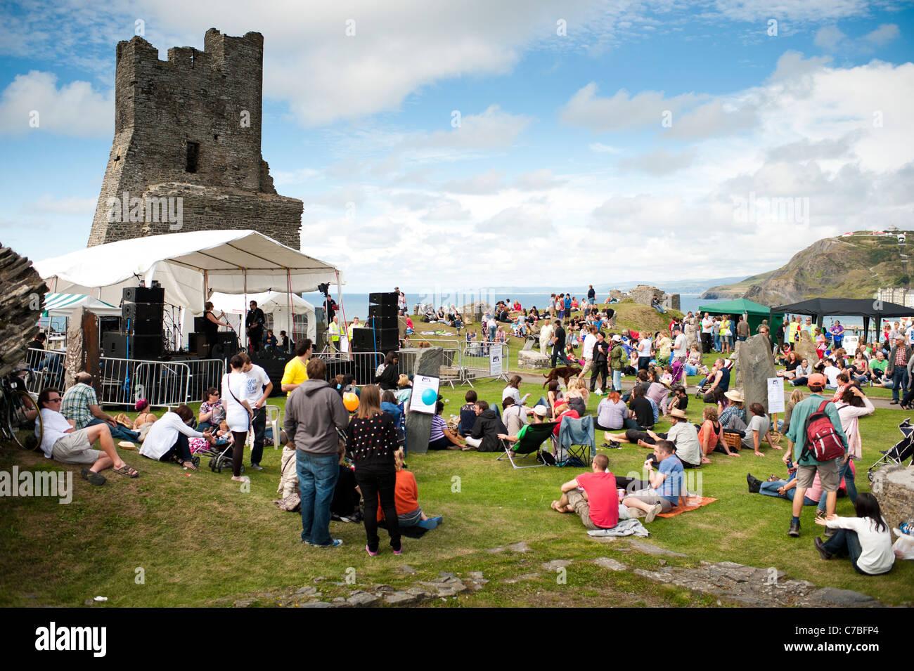 Una banda tocando en el escenario, Rocío y Castell / Castle Rock festival de música libre Gales Aberystwyth Imagen De Stock