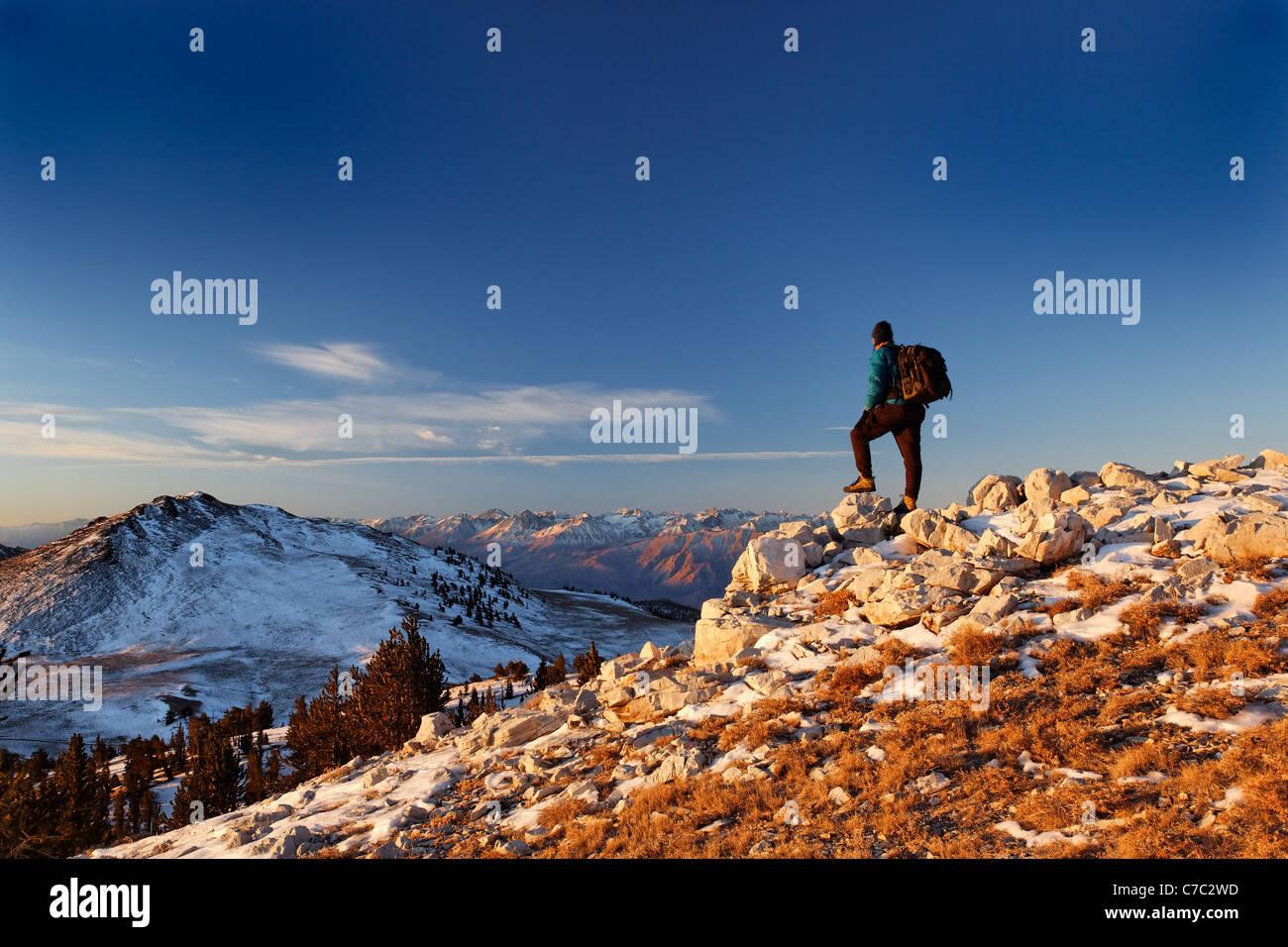 Excursionista macho en White Mountains (Montañas Sierra al amanecer en el fondo), el Bosque Nacional Inyo, White Mountains, California Foto de stock