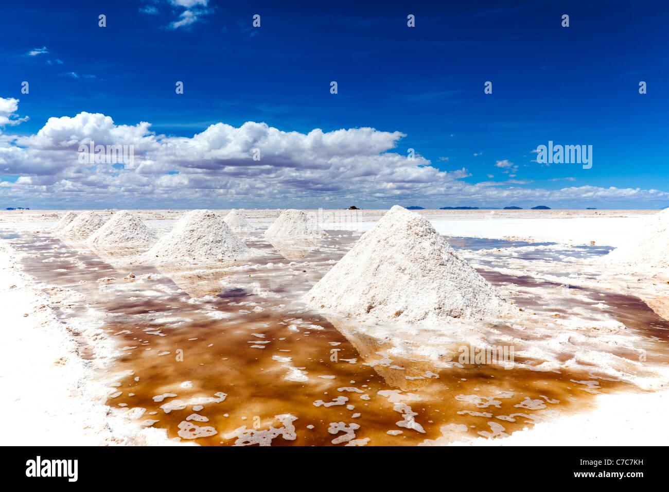 Los montones de sal, secándose al sol, el Salar de Uyuni, Bolivia Imagen De Stock
