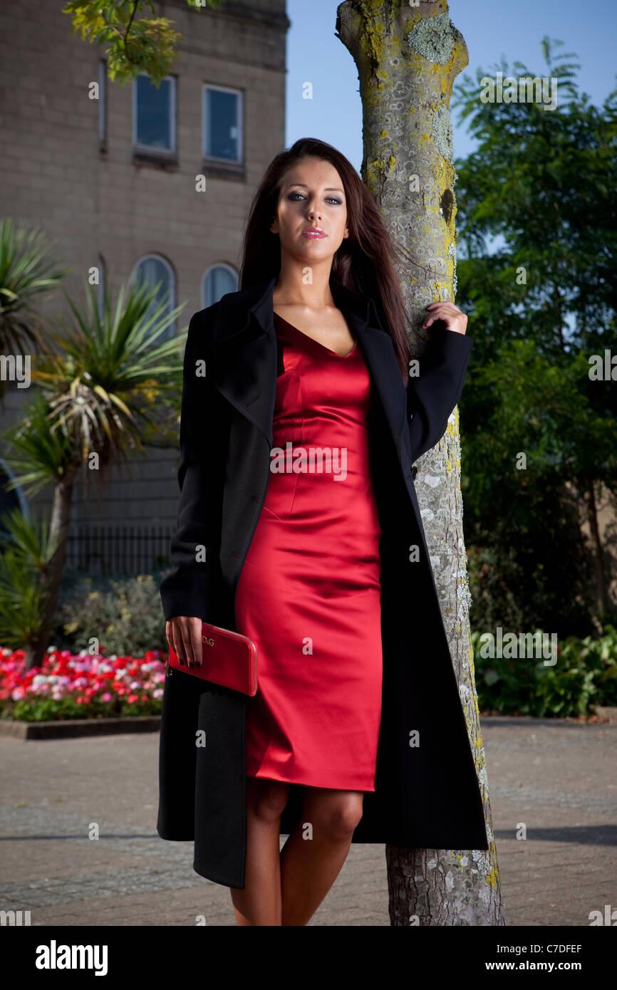 Mujer vestida de rojo y negro
