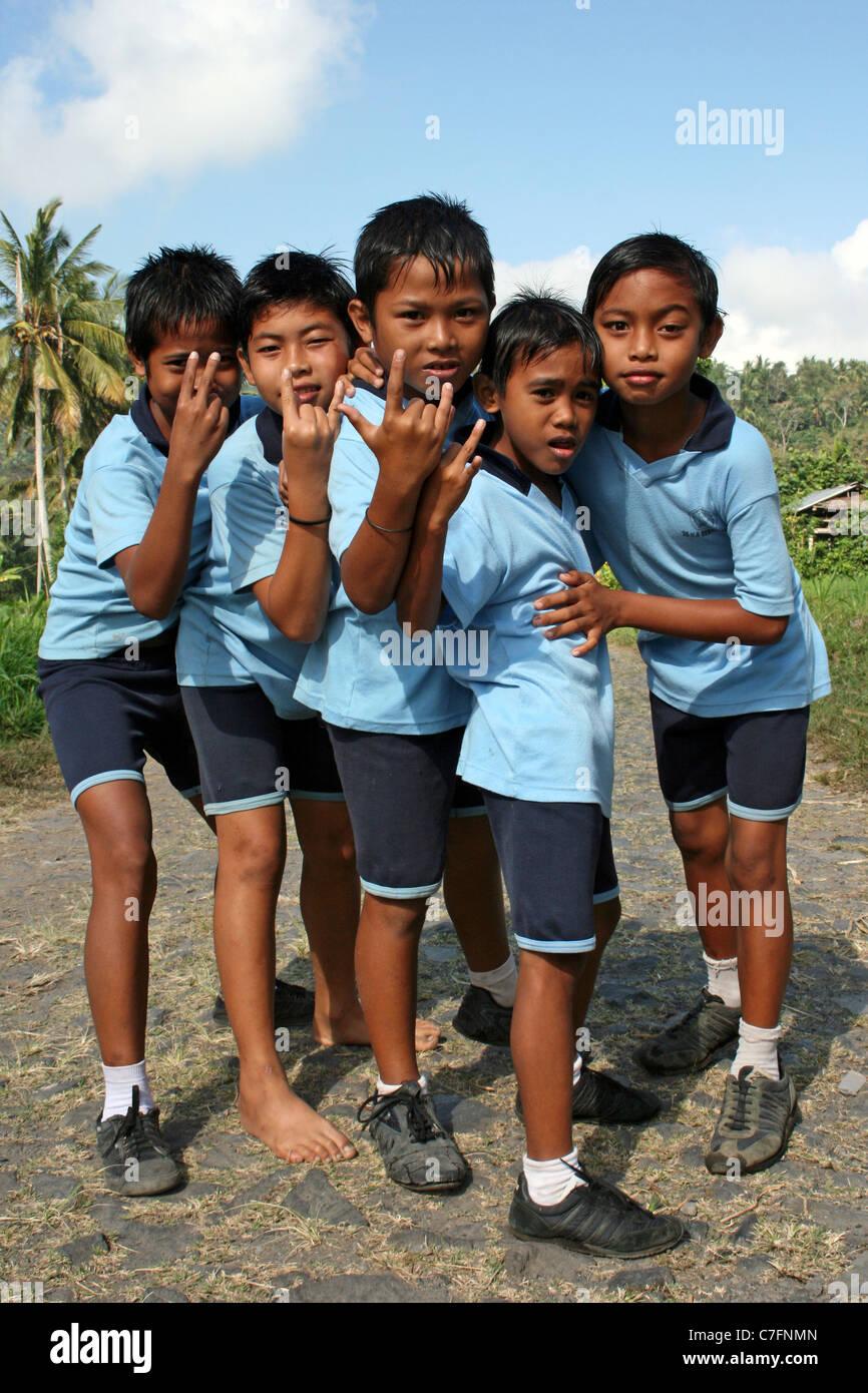 Cheeky Escuela indonesio chavales haciendo 'rock' firmar Imagen De Stock