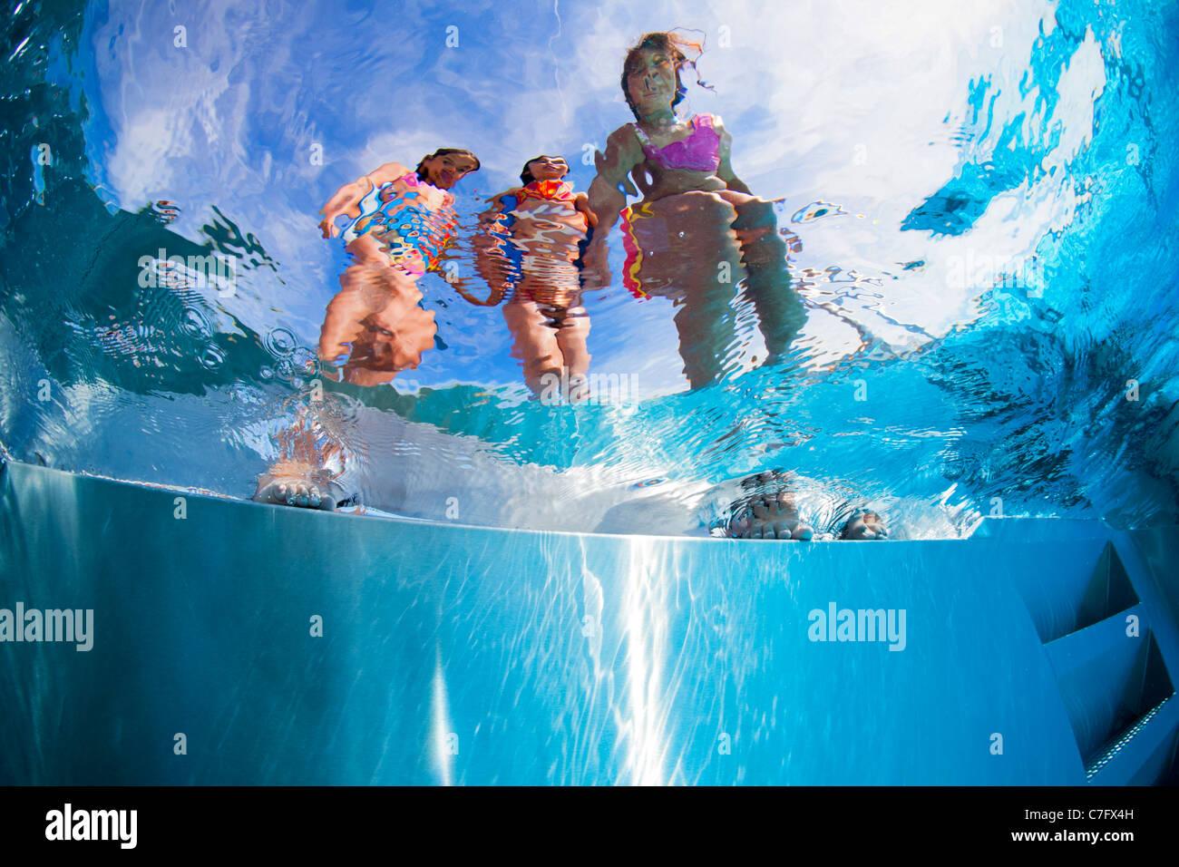 Los niños al lado de una piscina al aire libre (Bellerive-sur-Allier - Francia). Vista submarina. Imagen De Stock